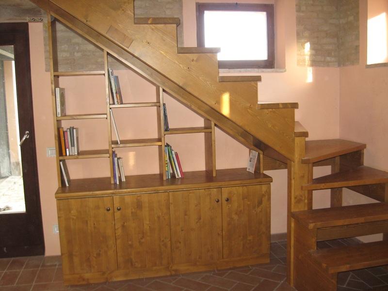 Mobili su misura arredamento d 39 interni falegnameria for Scala libreria