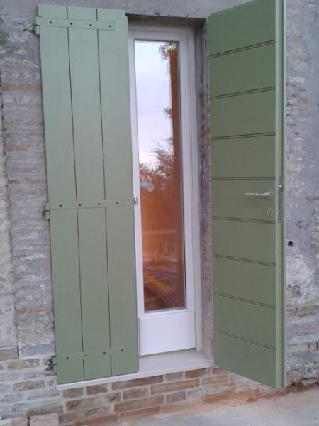 Sportelloni portelloni scuroni in legno infissi esterni - Verniciare finestre alluminio ...